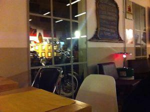 Moto a vista nella vetrata della birreria