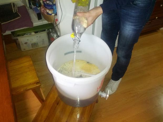 Aggiungere l'acqua per portare la birra a temperatura