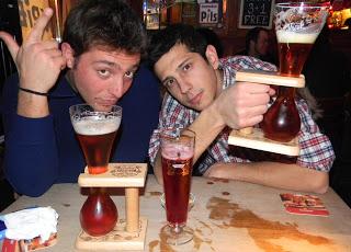 Gli Amici si gustano una kwak a Bruxelles
